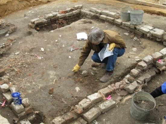 archaeologist-digging.jpg